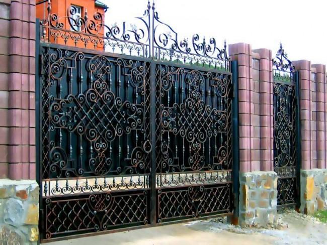 Металлические распашные ворота с калиткой (44 фото): особенности выбора и установки