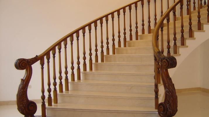Что выбрать: изысканные мраморные лестницы или экзотические стеклянные лестницы?